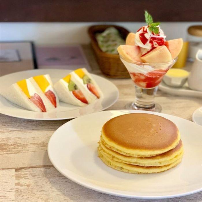 ホットケーキパーラーフルフルの人気メニュー/万惣のホットケーキ(手前)