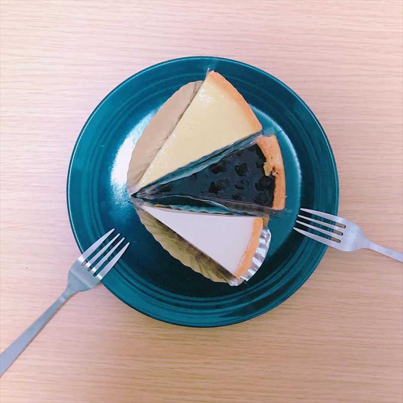 ヨハンの人気メニュー/チーズケーキ/ナチュラル(上)ブルーベリー(中央)サワーソフト(下)