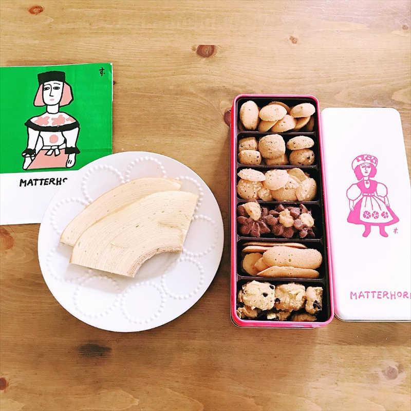 マッターホーンの人気メニュー/バウムクーヘン(左)とクッキー缶(右)