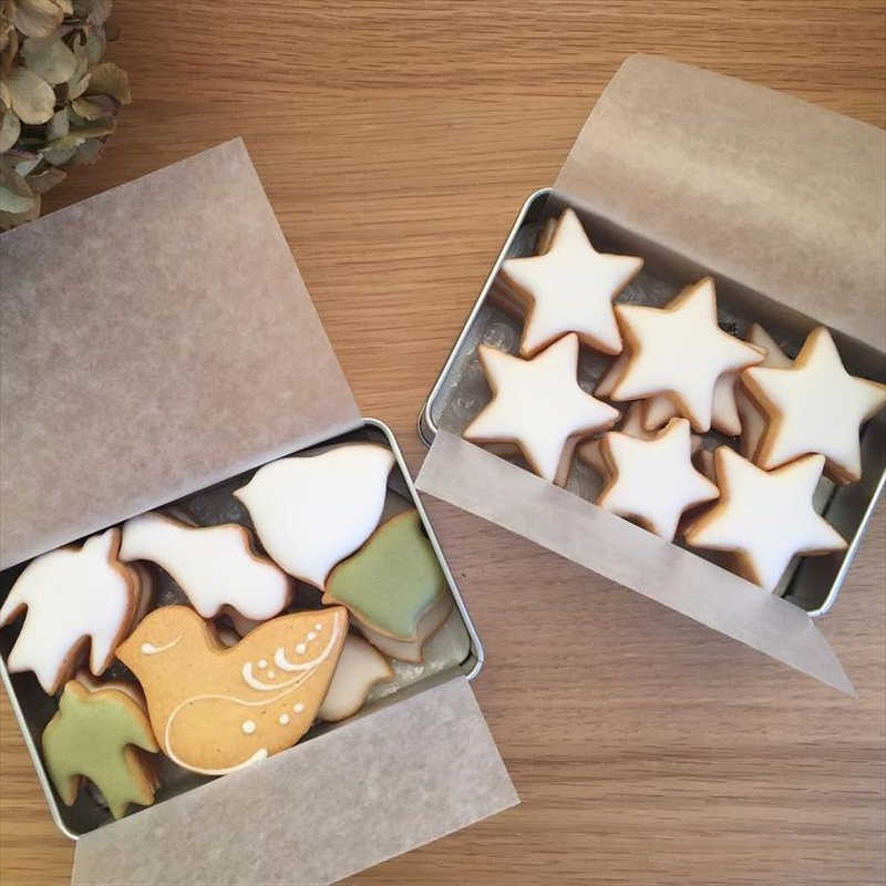 菓子工房ルスルスの人気クッキー/鳥のかたちクッキー(左)と夜空缶(右)